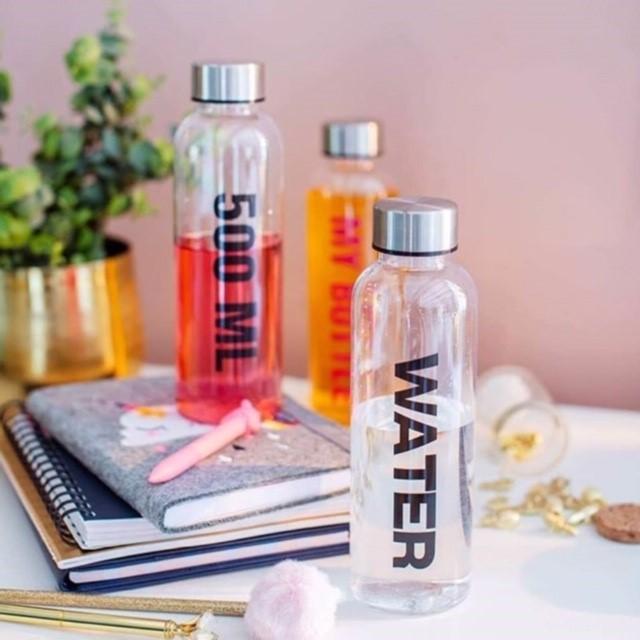 Stilige vannflasker med tekst. Kjøpes hos Nille.